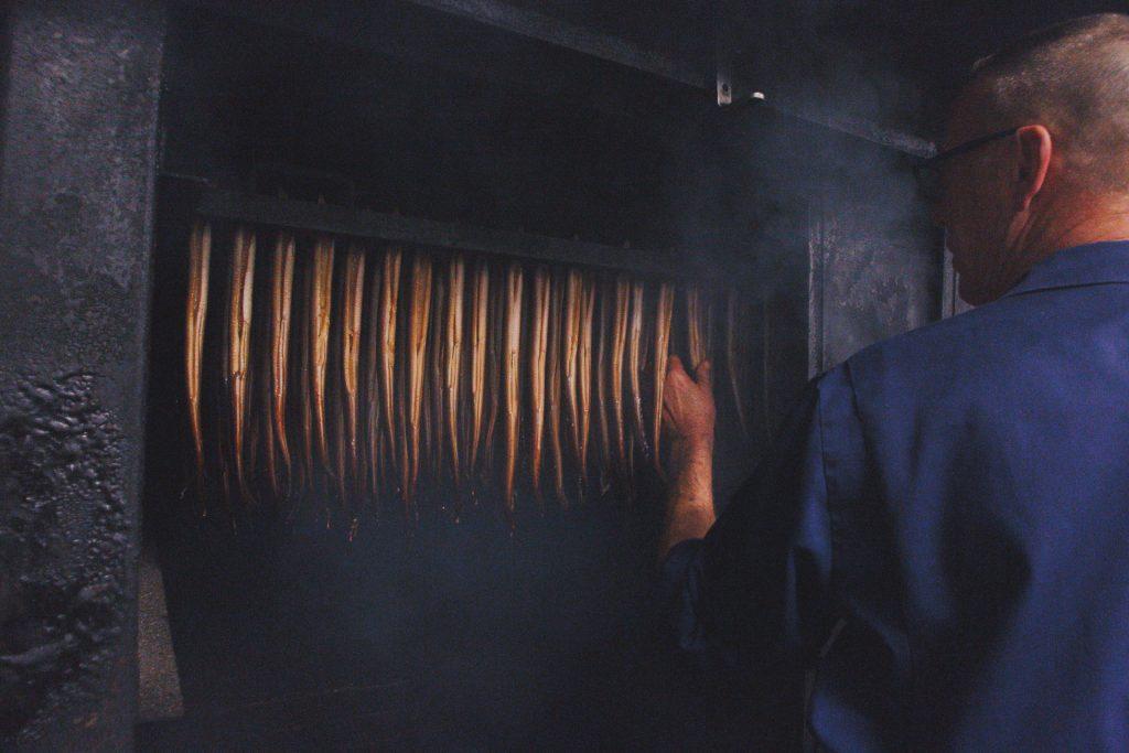 De paling bij holland paling wordt ambachtelijk gerookt